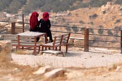 Contemplando... (fabian.kron) Tags: karak jordan jordania castle cruzada castelo cruzado vista mirante mulheres garotas girls muslin muçulmanas