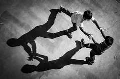 DSCF5555 (靴子) Tags: 黑白 單色 運動 光影 兒童 bw bnw sport kids 遊戲 play xt2 fuji