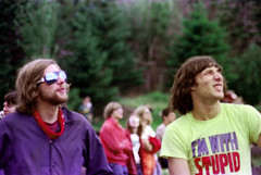 71-024 (ndpa / s. lundeen, archivist) Tags: nick dewolf nickdewolf color photographbynickdewolf 1975 1970s film 35mm 71 reel71 hanggliding hangglidingfestival man youngman men youngmen brunette longhair bandana sunglasses shades tshirt imwithstupid crowd onlookers observers youngpeople oversaturated franconia franconianotch newhampshire newengland mittersillalpineresort mittersill cannon mountain whitemountains worldcup competition hangglidingcompetition summer worldcupmeet meet mittersillworldcupmeet july