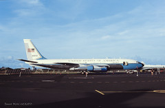 Sous bonne garde (patoche21) Tags: aeronef armeeamericaine avion boeing c135 c147 europe france outremer polynesiefrancaise tahiti aviondetransport diapo patrickbouchenard slide aircraft airplane military ba190 usaf usa transport government gouvernement airbase french