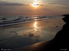 RIFLESSI ALL' ALBA (Salvatore Lo Faro) Tags: riflessi mare sole nuvole nubi alba spiaggia rena sabbia onde increspature gargano rodi puglia italia italy salvatore lofaro canon g16