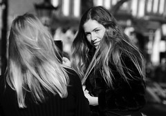 Shoot Shoot (Photographer : Hans Stellingwerf) Tags: amsterdam posing poseren straat straatfotografie streetphotography street nederland netherlands holland mensen people vrouwen women straatmoment straatportret streetportrait