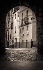 Cruzando el portal. (Ricardo Pallejá) Tags: street stone ricardopallejaherrera ruinas rural priorat piedra pueblo falset tarragona travel turismo nikon cataluña catalonia catalunya