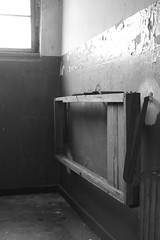 Pritsche im Haftraum (mono:chrom) Tags: europe germany deutschland berlin hauptstadt köpenick treptow gefängnis prison jailhouse verlassen verlasseneorte löstplaces urbex urbexplaces decay go2know holt bett abandon abandonedplaces rottenplaces canon dslr