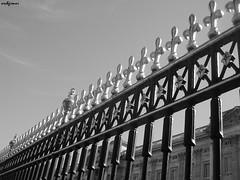 londra 210 (archgionni) Tags: diagonale diagonal recinzione enclosure metallo metal cielo sky londra london