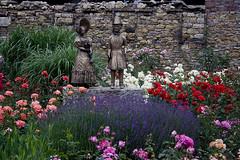 Biedermeierfiguren vor der Eltviller Burg (heinrich.hehl) Tags: deutschland hessen rheingau eltville burg skulptur blumen