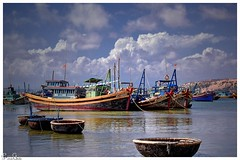 Traditionell gegen Wirtschaftlichkeit / Traditional for economy (Reto Previtali) Tags: boote boats wasser water meer sea vietnam asien asia wolken clouds himmel sky nikon nikkor flickr digital farben landschaft color landscape day tag red rot gelb yellow sunlight ship schiff sonenschein natur nature