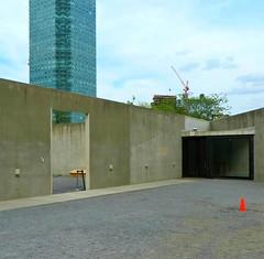 Jump! (Robert Saucier) Tags: newyork newyorkcity mur wall building architecture gris grey trottoir sidewalk ciel sky orange ps1 grue crane cône img2010 nuages clouds longislandcity queens
