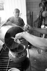 Humo en la cocina (Marcos Núñez Núñez) Tags: streetphotography blackandwhite bw blancoynegro cocina ethnic segueza maíz mx oaxaca yolox chinantla chinantecos gastronomía canoneosrebelt5