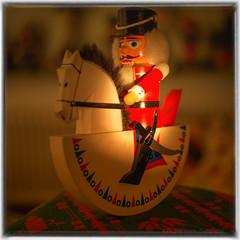 14. Türchen des Adventskalenders für meine Flickr Freunde (videamus) Tags: volkskunst adventskalender flickr freunde türchen freude advent weihnachten vorfreude handarbeit weihnachtlich glänzet deutschland land motiv die und uns den weg nach brauchtum fein freundlich dekoration vorabend strickerei zuhause erinnerungen an kindheit für deutsche weihnacht schaukelpferd