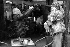 Photographing Christmas (ralcains) Tags: sevilla seville siviglia andalousia andalucia andalusia españa spain blackwhite bw blancoynegro monochrome monocromo monochromatic monocromatico canon canon6d 6d 50mm calle fotografiadecalle street streetphotography navidad christmas weihnachten noel greyscale ngc