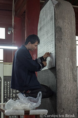 Beilin stele museum - a tracing in progress (10b travelling / Carsten ten Brink) Tags: 10btravelling 2017 asia asian asien beilin carstentenbrink china chine chinese iptcbasic prc peoplesrepublicofchina shaanxi silkroad xian man museum stele tenbrink tracing working 中华人民共和国 中国