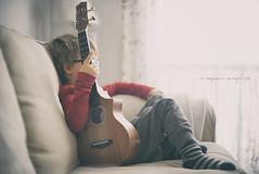 Música maestro (eesquina) Tags: guitar guitarra kids boy sofá music música ukelele anónimos anonymous proyecto project 52week 52semanas