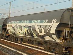 moderne jazz (en-ri) Tags: ish8 yy 18 2018 train torino graffiti writing stelle treno merci freight grigio bianco giallo verde
