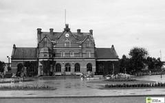 tm_5813 - Umeå 1953 (Tidaholms Museum) Tags: svartvit positiv byggnad exteriör umeå 1950talet 1953 järnvägsstation