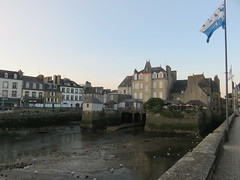 Bretagne. Landerneau sur Elorn at low tide. (Traveling with Simone) Tags: water tide estuary estuaire sky river rivière lowtide maréebasse buildings houses bridge pont landerneau elorn brittany bretagne france europe architecture flag finistère ville town dusk sunset soir building city stilts pilotis stones granite granit seaguls mouettes