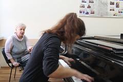 За роялем студентка и доцент кафедры фортепиано Р.М. Гольдфейн