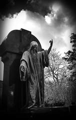 Vermittler (Maquarius) Tags: hauptfriehof friedhof würzburg jesus grab mainfranken unterfranken franken auferstanden