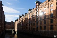 Speicherstadt in Hamburg (Rudi G.) Tags: speicher speicherstadt hamburg reflektion reflection sonne sonnenstrahlen brücke kanal wasser