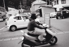 Many scooters was running around. (U-ichiro1003) Tags: street snap fujifilm klasse neopan acros100 film