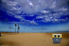 Wall-E in the beach (ricardocarmonafdez) Tags: seascape playa beach arena sand orilla shore shoreline cielo sky nubes clouds people contenedordebasura dumpster refusecontainer sunlight shadows nikon d850 24120f4gvr naturaleza nature contaminación pollution mensaje message