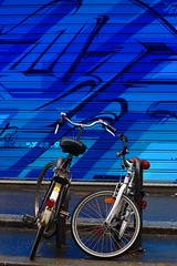 Divergence (Edgard.V) Tags: paris parigi bicyclette bicicleta bicycle vélo bici bleu azul azurro blu blue street art