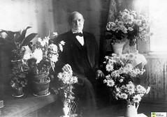 tm_6264 (Tidaholms Museum) Tags: svartvit positiv porträtt människa uppvaktning högtider blomvas interiör celebration