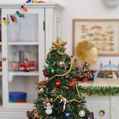 [Advent] - The star on top of the Christmas tree is like the cherry on top of a cake. (Moonrabbit_ly) Tags: christmas miniature christmastree diorama dollhouse rement