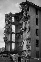 Alès Pres st jean-8574 (YadelAir) Tags: alès immeuble destruction pelleteuse débris démolition rue noiretblanc habitat hlm