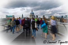 en franchissant le Millenium, on observe à droite , la femme de Steff qui se reconnaitra ! (tognio62) Tags: pont foule londres london nuages nuageux st paul cathedrale tamise millenium