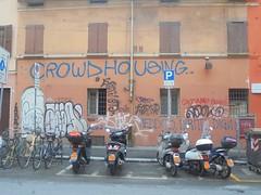 938 (en-ri) Tags: crowd housing bianco nero tag throwup bologna wall muro graffiti writing eryt asso laba