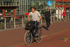 Piet Heinkade - Amsterdam (Netherlands) (Meteorry) Tags: europe nederland netherlands holland paysbas noordholland amsterdam amsterdampeople candid streetscene people centrum centre center pietheinkade boy homme guy male cyclist bicyclette bicycle bike vélo earphones herrie sneakers trainers baskets skets nike dutch tuktuk september 2018 meteorry