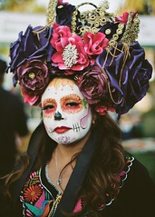 Dia De Los Muertos - Day Of The Dead Hollywood Forever Oct 2018 (Kodak Portra 160) (JCD Images) Tags: diadelosmuertos dayofthedead ladotd hollywoodforever cemetery la losangeles california usa october 2018 mexican mexico altars calacas culture sugarskulls costume portrait street event photography bokeh depthoffield vibrantcolors voigtlander bessar3m rangefinder cosina nokton classic 40mm f14 singlecoatedlens kodak portra160 film 35mm 135 scanned prolab fromex
