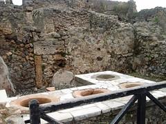 Puesto de comidas en Pompeya (EduOrtÍn.) Tags: pompeya pompei puerta casa ruina arqueología italia tinaja