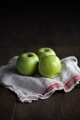Manzanas (carmenmedinalopez) Tags: apple manzana dark food foodstylist foodphotography estilismodealimentos fotografíagastronómica madrid composicion tres manza