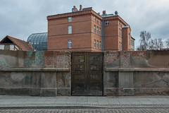 Widok przez ściętą kamienicę (PanMajster) Tags: kamienica tenement house pół stara brama old gate bydgoszcz poland polska pentax k3ii sigma 1835