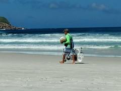 Já vai? (lucia yunes) Tags: arraialdocabo praiagrande beleza mar praia sol streetvendor vendedoresderua seascape sea sun mobilephotographie motozplay mobilephoto beauty beach
