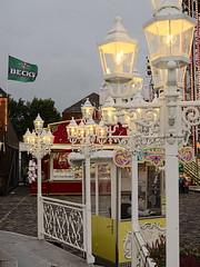 Bremen_e-m10_101A305983 (Torben*) Tags: rawtherapee olympusomdem10 olympusm25mmf18 bremen freimarkt jahrmarkt funfair carousel karussell kettenkarussell swingride lampen lamps ticketverkauf ticketbooth becks