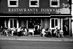 000830 (la_imagen) Tags: sw bw blackandwhite siyahbeyaz monochrome street streetandsituation sokak streetlife streetphotography strasenfotografieistkeinverbrechen menschen people insan porto portugal portugalds2018 rest restoran restaurant