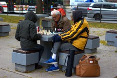 018 -1vibfwlconfwl (citatus) Tags: playing chess northwest corner queen street west bay toronto canada chilly fall day 2018 bw pentax k3 ii