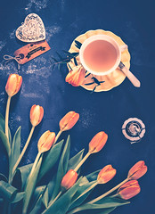 A cup of tea (Ro Cafe) Tags: helios58mmf2 sonya7iii stilllife tulips cup cupoftea flatlay heart tabletop tag tea flowers orange arrangement