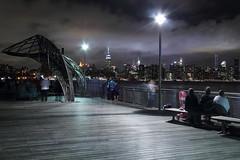 Sommernachtskino (ploh1) Tags: newyork nyc manhattan bigapple usa menschen williamsburg nachtaufnahme skyline wolkenkratzer empirestatebuilding architektur langzeitbelichtung nacht lichter beleuchtet wolke