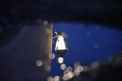 DSC_7787 (griecocathy) Tags: macro reflet eau flaque lampadaire éclat nuit maison noir bleu blanc gris sombre lumineux
