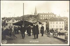 Postkort fra Agder (Avtrykket) Tags: bolighus brygge dampbåt dampskip hus kirketårn mann postkort sjekte tralle grimstad austagder norway nor