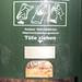 Spender für Hundekotbeutel in Kölner Grünanlage