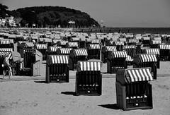 Invasion der Strandkörbe / Invasion of beach chairs (Lichtabfall) Tags: schwarzweiss monochrome blackandwhite einfarbig sw bw ostsee balticsea küste coast strandkorb beachchair strand beach travemünde