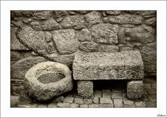 Una  mascota muy tranquila (V- strom) Tags: arquitectura arquitecture portugal sortelha granito granite hierro iron nikon nikon2470 nikond700 blackwhite blancoynegro concepto concept círculo rectángulo cuadrado circle rectangle quadrate vstrom texturas textures