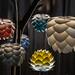 Moderne Designerlampen von Umage aus Aluminiumplatten erinnern an Lotusblüte