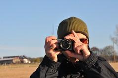Wenn mich ein Fotograf beim Fotografieren fotografiert, bin ich dann eine fotografierte fotografierende Fotografin? (Uli He - Fotofee) Tags: ulrike ulrikehe uli ulihe ulrikehergert hergert nikon nikond90 fotofee morgenspaziergang oberstoppel unterstoppel stoppel windrad windräder pferd kuh weide fotograf
