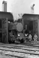 Wolsztyn PKP  |  1987 (keithwilde152) Tags: ty2 ty2385 kriegslok wolsztyn pkp poland 1987 depot roundhouse tracks railwaymen steam locomotives blackandwhite monochrome winter snow
